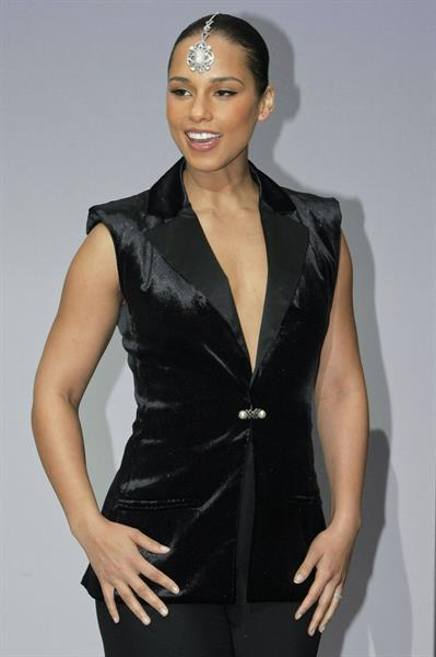 Alicia Keys attends Chanel Ready to Wear Fall Winter 2012 and Fashion House presentation on March 6, 2012
