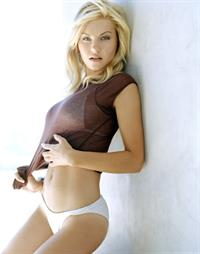 Elisha Cuthbert in lingerie
