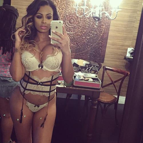 Analicia Chaves in lingerie taking a selfie