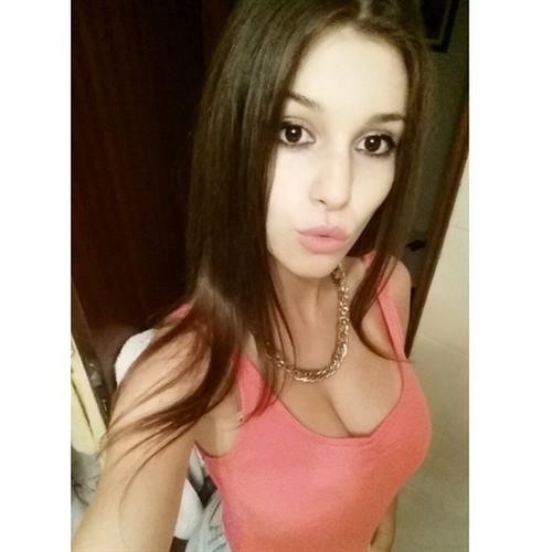 Carolina Neto taking a selfie