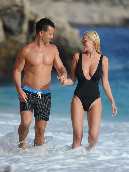 The gorgeous blonde seems to spend the holiday with 31-year-old fiancé Oliver Mellor.
