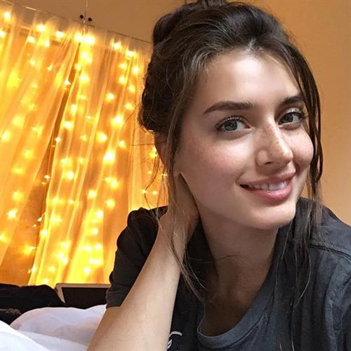 Jessica Clements taking a selfie
