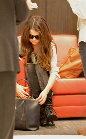 Selena Gomez at Los Angeles airport November 10, 2012