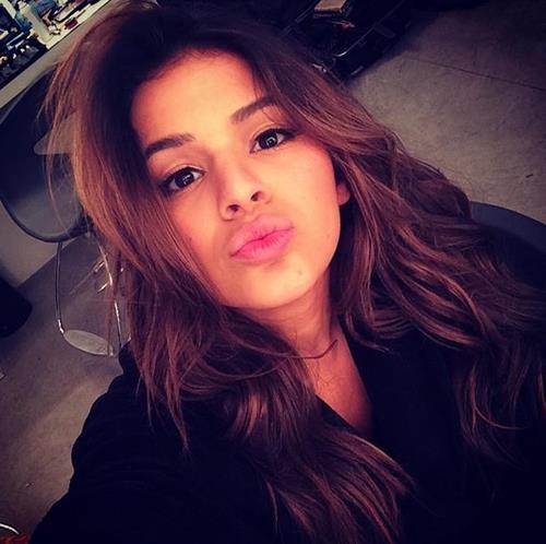 Bruna Marquezine taking a selfie
