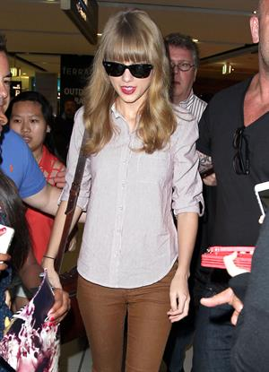 Taylor Swift in Sydney airport November 30, 2012