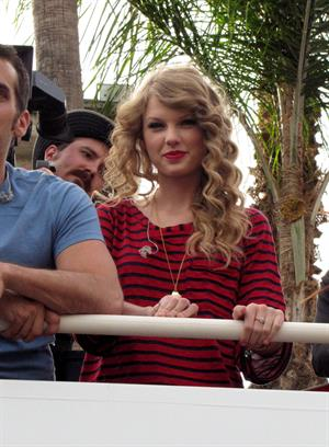 Taylor Swift surprise show at Hollywood Highland October 29, 2010
