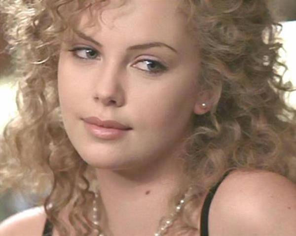 Charlize Theron with curly hair in Devil's Advocate