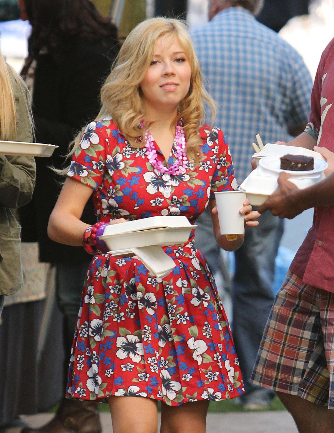 Jennette McCurdy lunch break on set of 'Swindle' in Vancouver 10/4/12