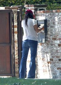 Jennifer Love Hewitt - brings in her trash can and checks her mail outside her house June 28, 2012