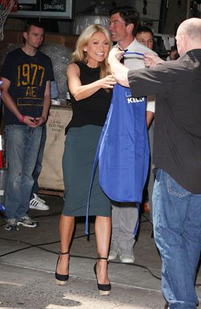 Kelly Ripa - Grilling With The Stars on Live With Kelly, May 29, 2012
