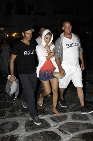 Maria Menounos checks out the Mykonos nightlife clad in a matching Ballz T-shirt (21.06.2013)
