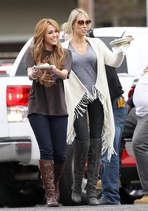 Miley Cyrus set of So Undercover in New Orleans 12/15/10 Gal Number : 2012110918280513c8-14