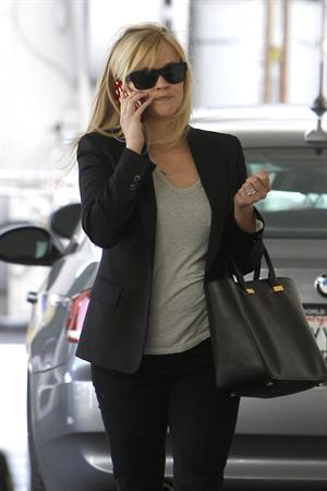 Reese Witherspoon - On the phone in Los Angeles (11.02.2013)