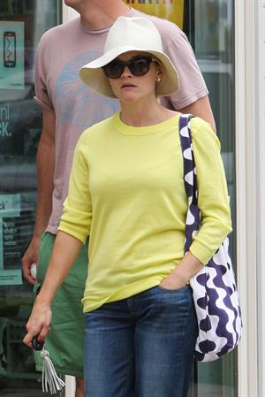 Reese Witherspoon - Out and about in Malibu (05.07.2013)