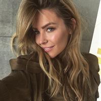 Jennifer Hawkins taking a selfie